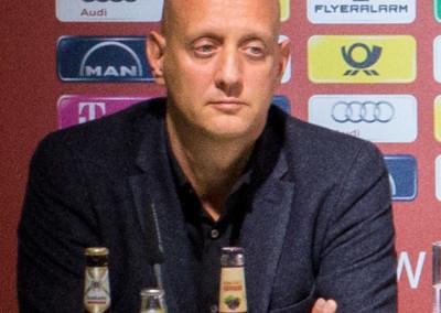 Andreas Burkert bei einer Pressekonferenz des FC Bayern Basketball (links)