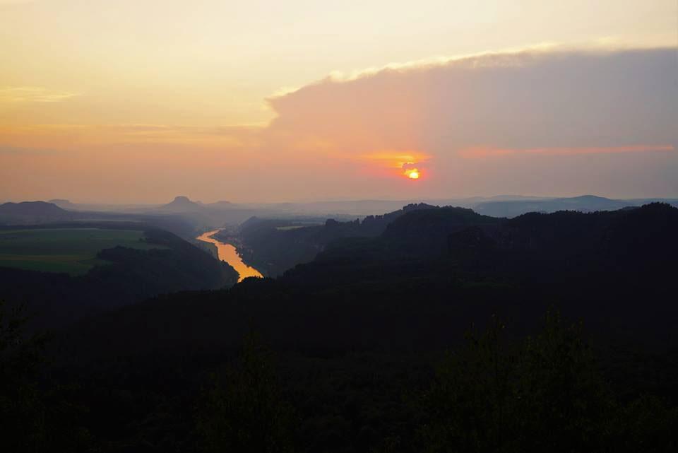 Im Elbsandsteingebirge bietet sich dieser Ausblick.