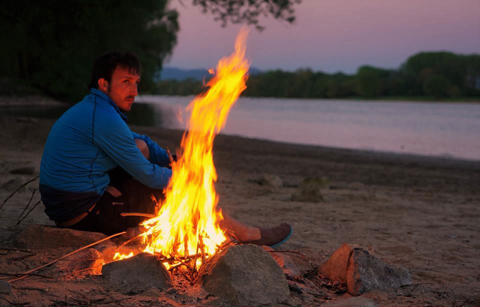 Feuer an, Ausblick genießen - am Sandstrand an der Donau kann man es aushalten.