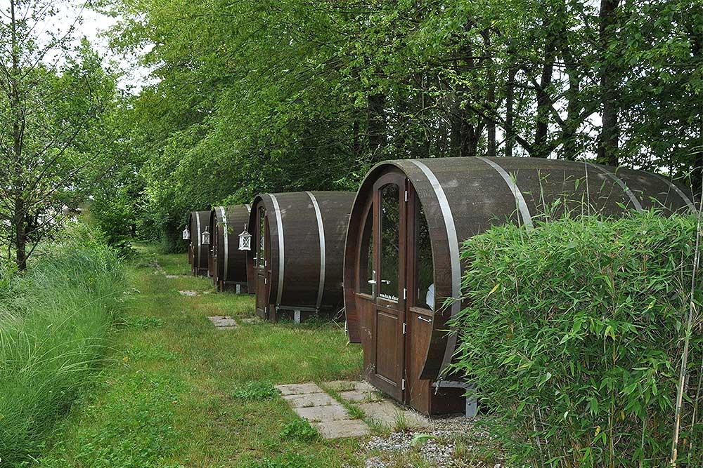 """Willkommen im Auenland: Auch in den süßen """"Hobbit""""-Fässern schläft man kuschelig."""