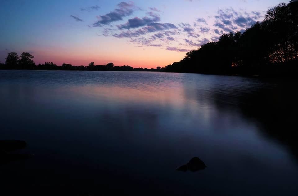 Wenn die Sonne untergeht, bietet sich an der Donau dieser romantische Ausblick.