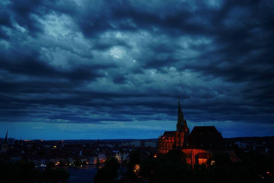 Bedrohlich, aber trocken - die Abendstimmung in Erfurt ist beeindruckend.