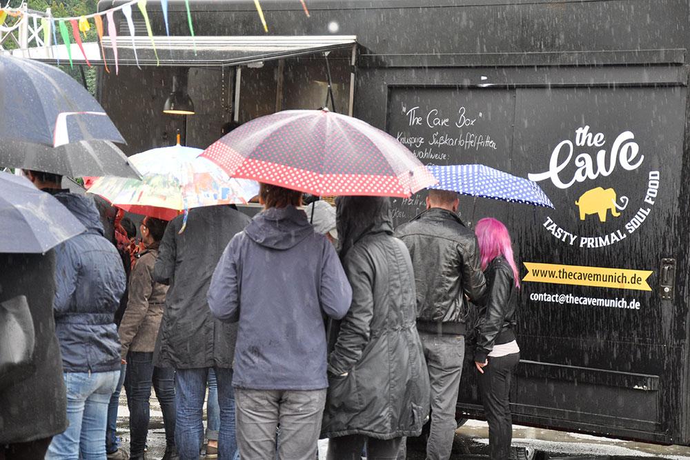 Food Trucks: Auch im Regen gilt: Den Platz in der Schlange nicht verlassen