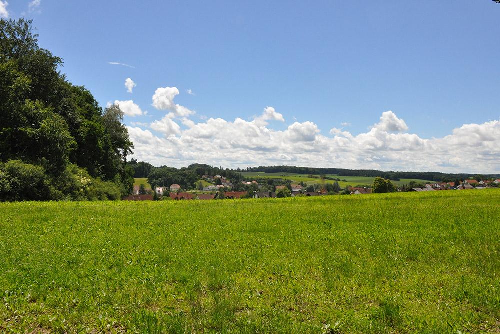 Weiß-blauer Himmel über Jetzendorf.
