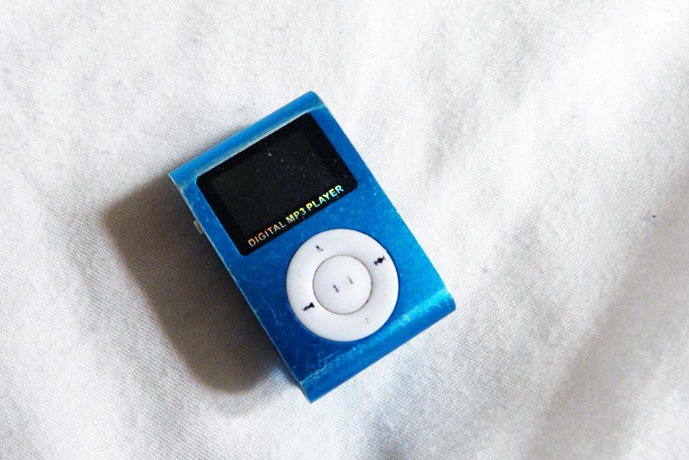 Der MP3-Player ist einer der wenigen persönlichen Gegenstände in Dennis Zimmer. Eingeschalten hat er ihn nicht, seit er in München ist. Die Musik, die da drauf ist, sei ein ziemlich großer Trigger für ihn, meint Dennis.