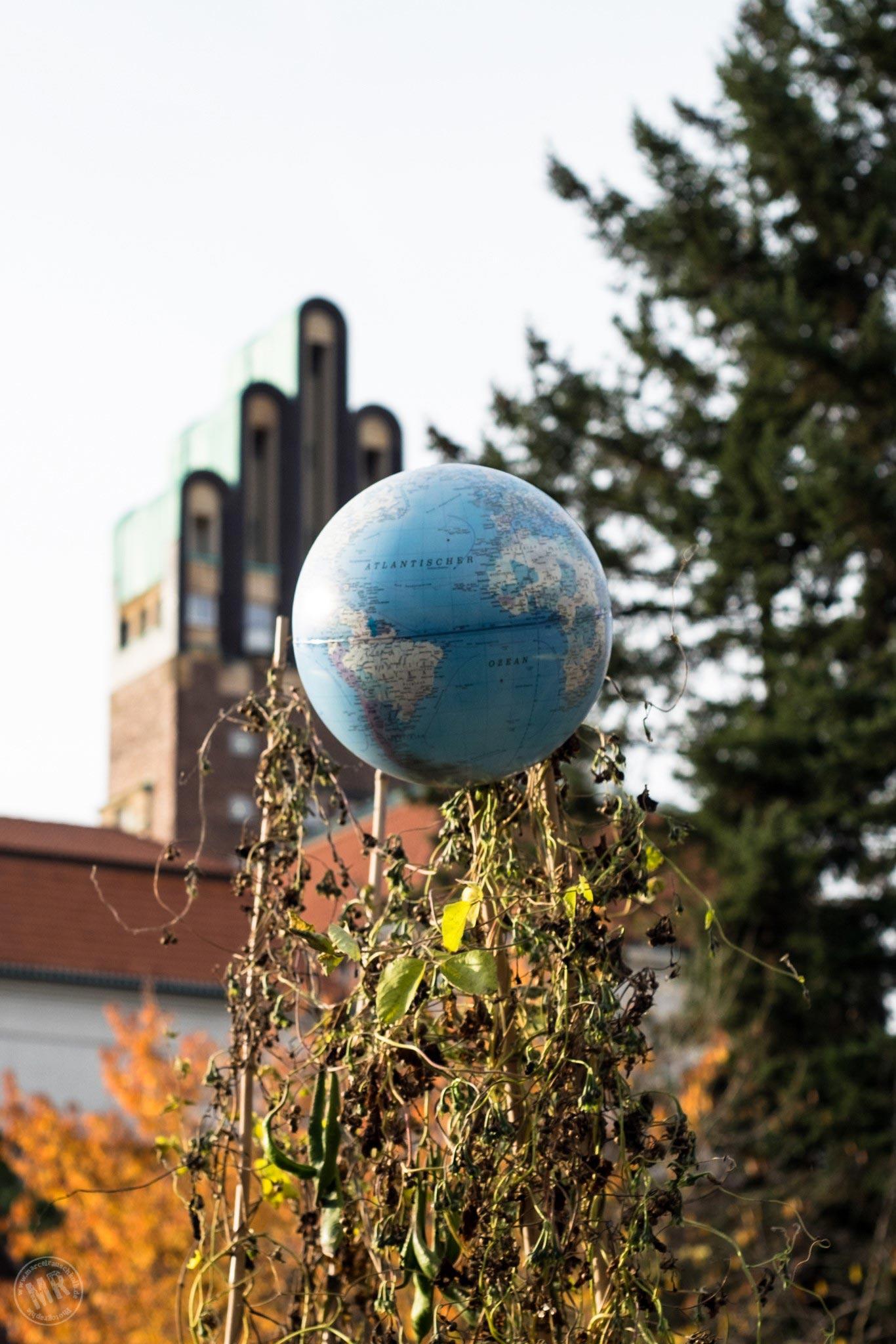 Weltkugel vor Fünf-Finger-Turm auf der Mathildenhöhe