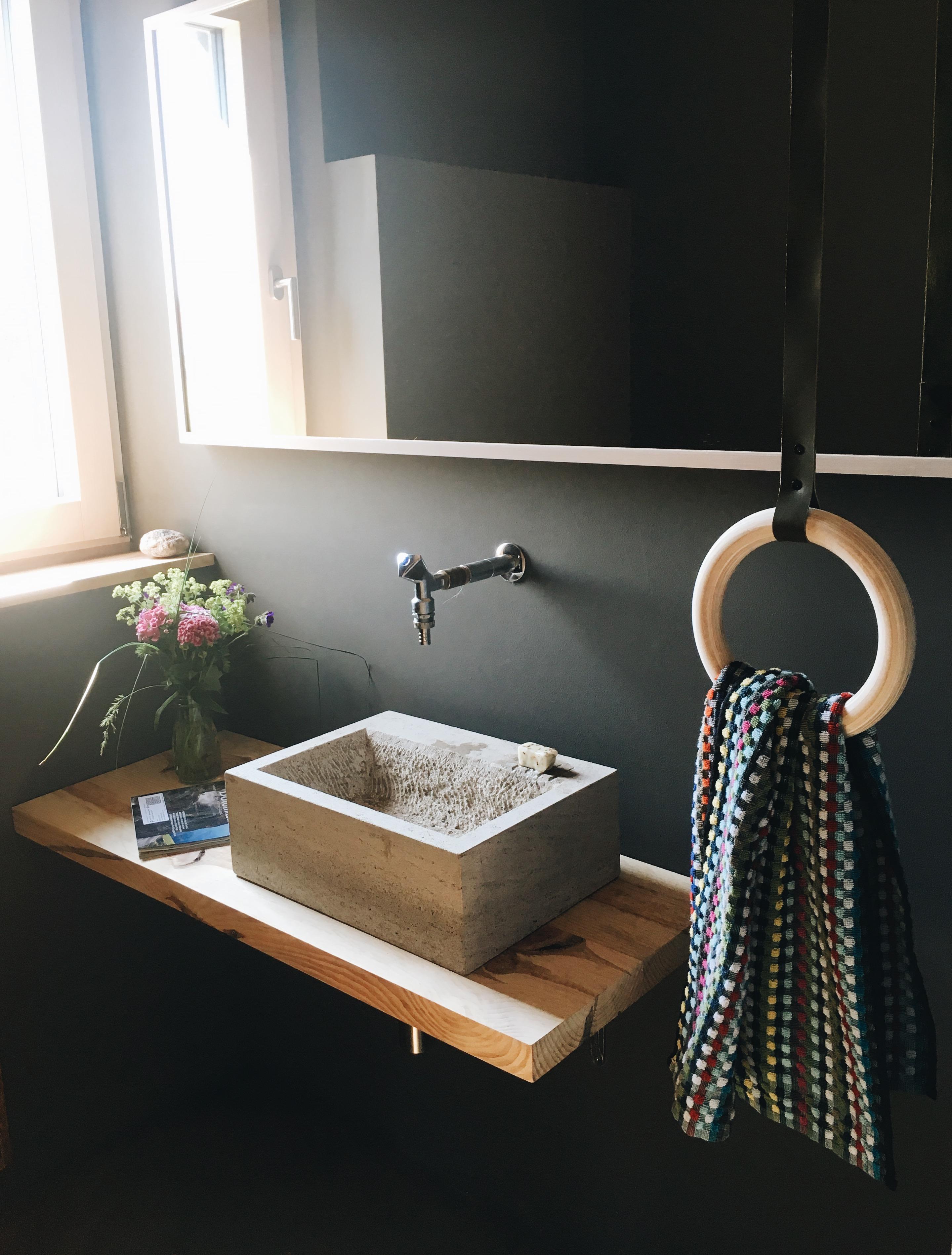"""Die Inneneinrichtung bei Stefanie Frisch ist ein Statement gegen Standard: """"Selfmade"""" Handtuchhalter"""